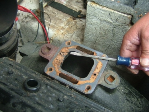 What causes a boat exhaust manifold to crack
